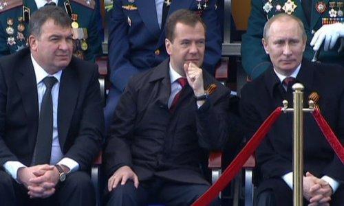 Дмитрия Медведева и Владимира Путина обвинили в неуважении к офицерам и ветеранам