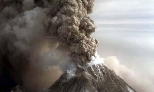 На Камчатке вулкан Шивелуч выбросил столбы пепла и газа на высоту до 7,5 км