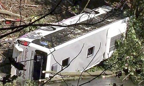 В Индии пассажирский автобус сорвался с моста и упал в воду