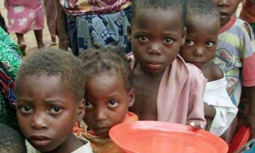 Голодающим в Сомали вручили рис, муку и финики