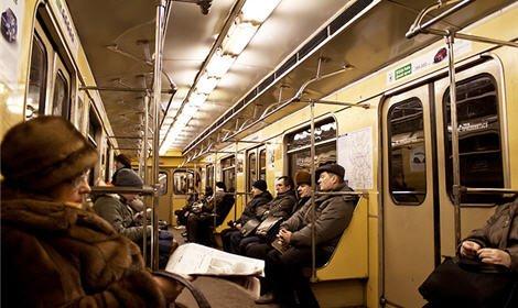 Двое преступников ограбили жителя Подмосковья в вагоне столичного метро
