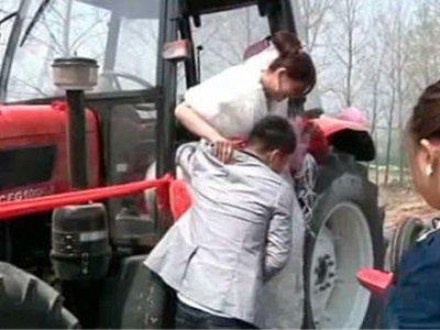 Китайский тракторист в приступе ярости задавил трактором 14 человек