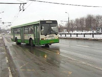 Автобус сбил троих пешеходов на тротуаре в Москве