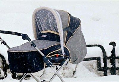 Оставившую коляску с грудным ребенком на улице в Москве опознали