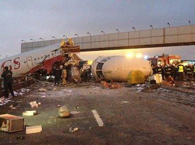 На Киевском шоссе в Москве совершил жесткую посадку пассажирский самолет (видео)