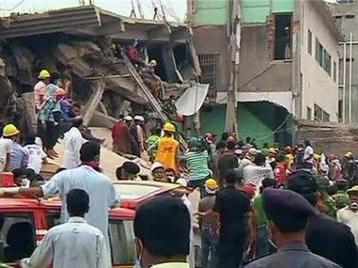 На развалинах обрушившейся фабрики в Бангладеш произошел пожар