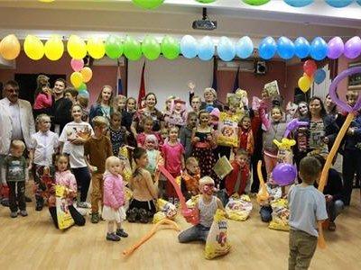Гости на «День семьи, любви и верности» получили 150 пакетов с конфетами