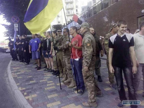 Нападение украинских радикалов на генконсульство России в Одессе